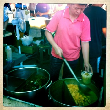 The ladling lady with her enormous pot of Laksa